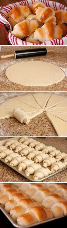 Rolls incrível!! Rendimento: 2 dúzias Ingredientes 1/3 de xícara de água quente, 110-115 graus 2 1/4 colher de chá de fermento biológico seco 1/3 xícara + 1/4 colher de chá de açúcar granulado 1 1/3 xícaras de leite integral, aquecido a 110-115 graus 3/4 xícara de manteiga com sal, em temperatura ambiente, dividido 1 ovo grande, em temperatura ambiente 1 1/2 colher de chá de sal 4 1/2 xícaras de farinha de trigo http://www.cookingclassy.com/2012/10/amazing-dinner-rolls/