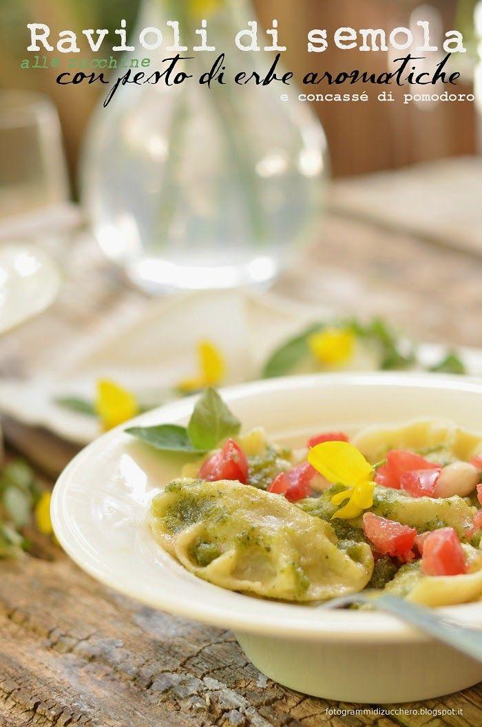 Ravioli di semola alle zucchine con pesto di erbe aromatiche e concassé di pomodoro (ricetta vegana)