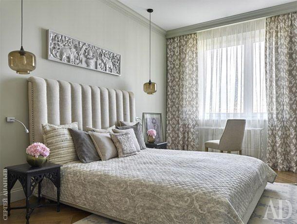 Поскольку для спальни была выбрана монохромная цветовая гамма, текстиль подбирался с рисунком. Восточный рисунок