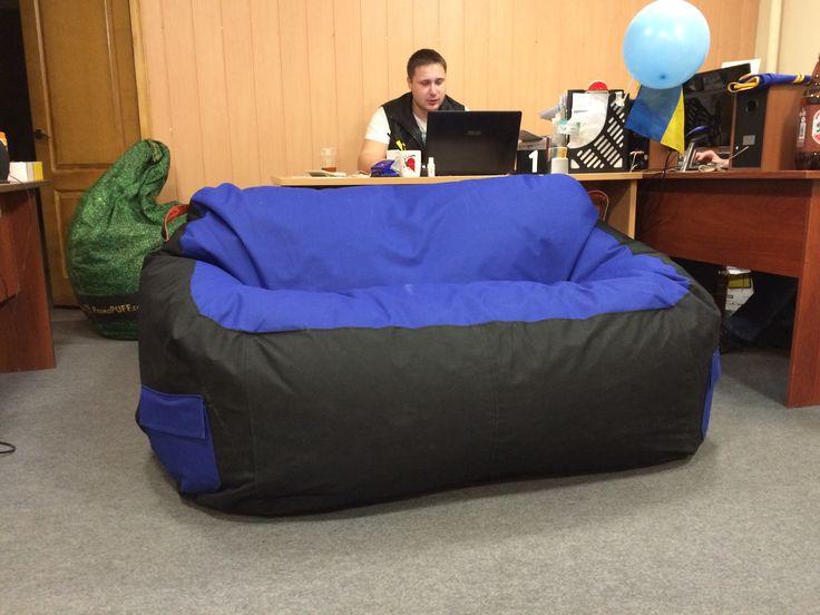 Бескаркасный диван для двоих человек. Этот диван пошит из ткани Оксфорд 600D синего и черного цвета. Диван имеет два чехла: внутренний и внешний. Наполнитель дивана - пенополистироловые гранулы и синтепух. По желанию клиента были пришиты два больших кармана по бокам дивана. #promopuff #beanbag #бескаркаснаямебель #дизайн #мебель #диван