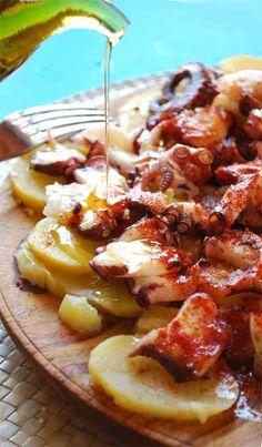 Pulpo á Feira es originalmente de Galicia, pero ahora es popular en toda España. Se cocina con sal, aceite y pimentón, y se sirve con papas.