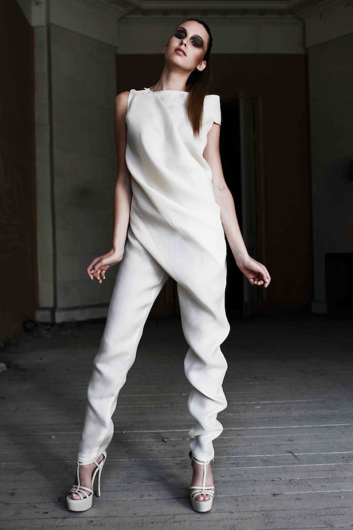 025f8ef83259c8 idee für eleganter jumpsuit damenmode styling gebundene haare smokey augen  augenmakeup Drapiertes Kleid