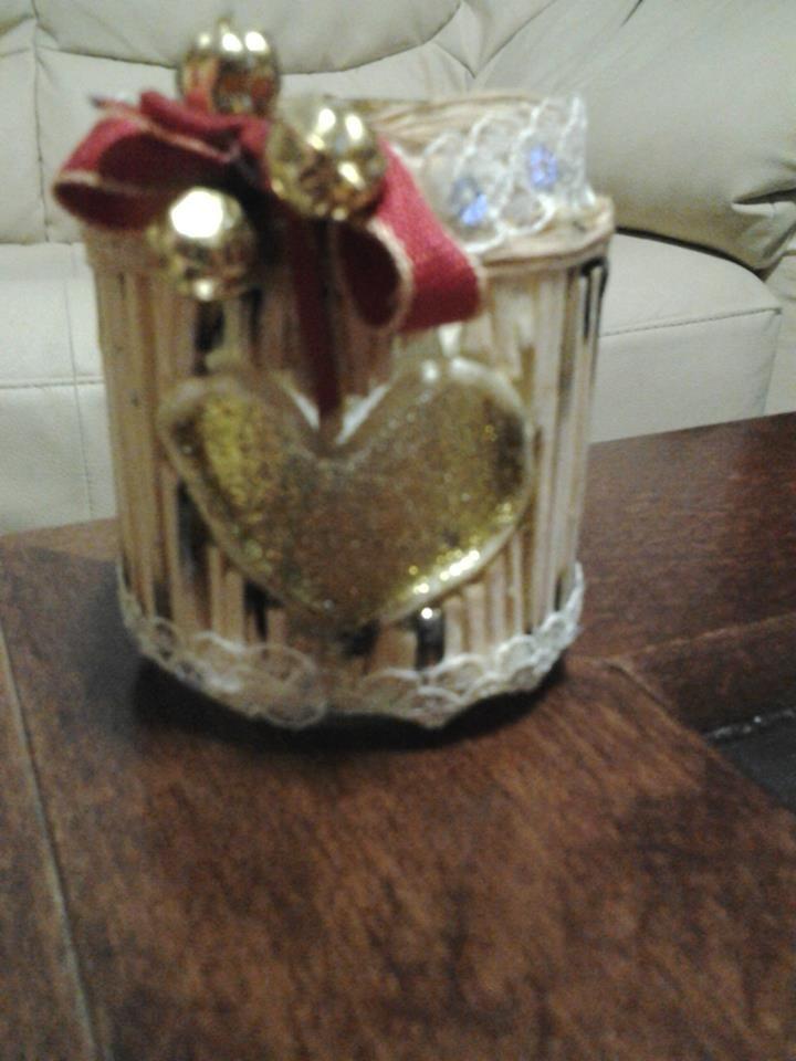 lumino da vasetto di marmellata rivestito di fiammiferi e cordini vari