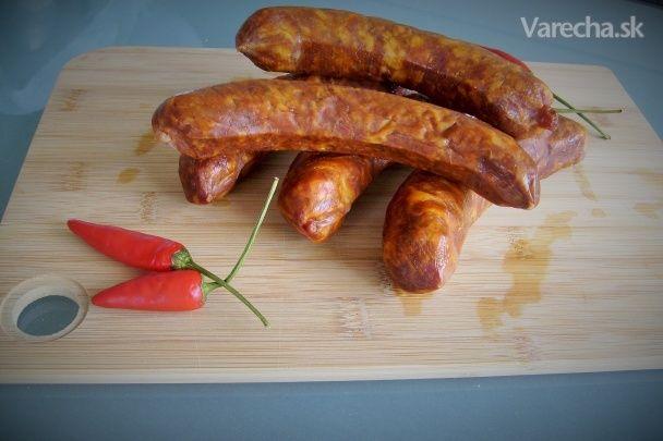 Recept som objavil na jednej madarskej stránke. Pochádza od pána Gundela / bývalý madarský gastronom/ a podľa tohto receptu robievali tieto klobásky v hotelovej reštaurácii Gellert v Budapešti v roku 1957. Pred nedávnom som ich robil a sú vynikajúce na pečenie a rovnako aj  na varenie.