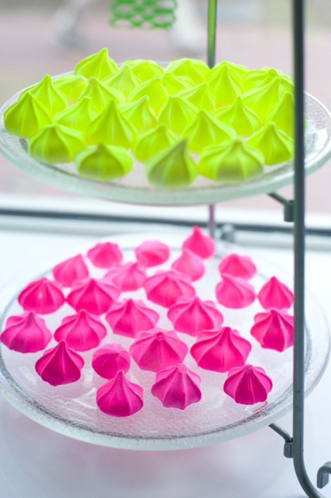Easy neon meringues. Pink and green.
