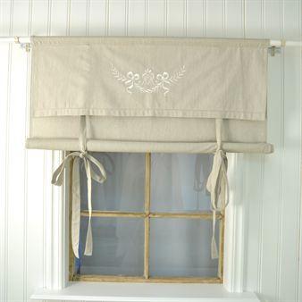 Monogram is een schitterend geborduurd vouwgordijn met touwtjes, zodat het gordijn op de juiste hoogte kan worden gehangen. Het gordijn is ontworpen door Boel