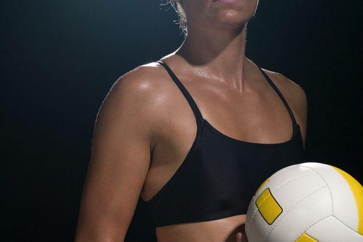 Programas de entrenamiento de voleibol. Además de las sesiones de práctica, los jugadores de voleibol deben incorporar ejercicios para desarrollar la fuerza y el poder que necesitan para tener éxito. Los jugadores de voleibol que pueden saltar más alto y moverse más rápido por la cancha podrán ...
