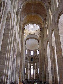 La nef de l'abbatiale Sainte-Foy de Conques L'intérieur de l'abbatiale est très sobre, la voûte est très haute (22 m), le chœur est entouré d'un déambulatoire permettant aux fidèles de défiler autour des reliques de Foy d'Agen. Il est orné de superbes grilles datant du xiiesiècle. La sacristie est décorée de fresques du xvesiècle qui racontent le martyre de la sainte. Au fond du transept gauche, on peut admirer un haut-relief représentant l'Annonciation, sculpté par le même artiste que…