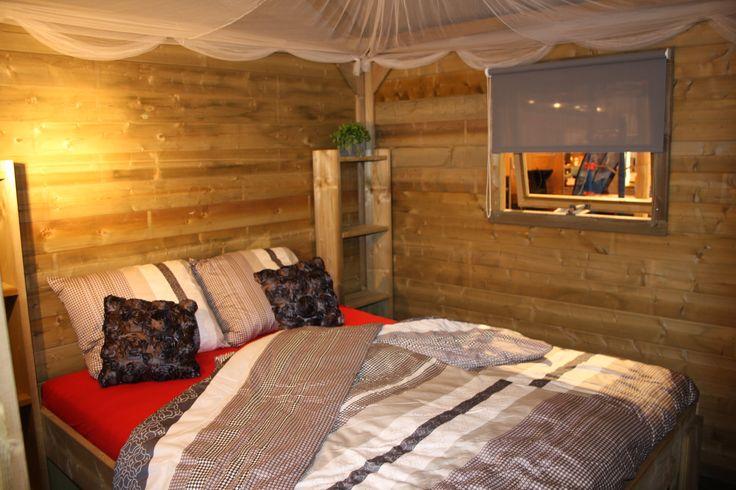 De ruime tweepersoons slaapkamer met boxspringbedden.