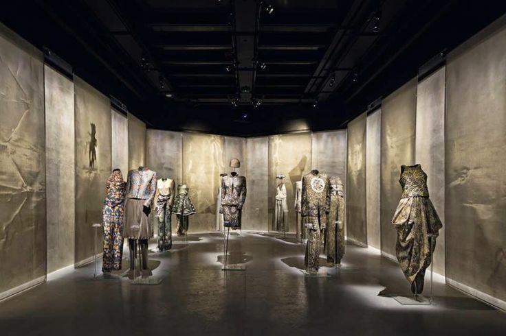 ARMANI SILOS - Giorgio Armani ha scelto di incorniciare tutti i pezzi della sua esposizioni con le tele metalliche Tex, Tex Light, Liner e Cangiante, che estendono le qualità cromatiche e luminose dei capi esposti allo spazio circostante. (More Info : http://m.ttmrossi.it) #Design #Moda #Style #Armani #Events #InteriorDesign #IdeaDesign #idea #inspiration #TTMRossi #Metaldesign