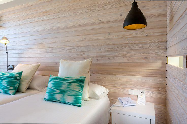 FERGUS Style Palmanova. Wood design + lamp + bed deco detail.