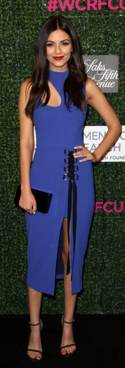 Who made Victoria Justice's blue lace up dress, black sandals, jewelry, and clutch handbag?