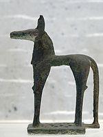 Statuetta di cavallo (Olimpia); 740 a.C. ca, bronzo; Museo del Louvre. Le statuette come questa avevano una funzione votiva e il cavallo indicava per i greci lo status simbolo della classe aristocratica.