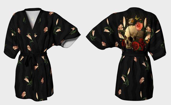 Memento Mori Teschio & Rose  Kimono Vestaglia  di DeathsAmoreCloth