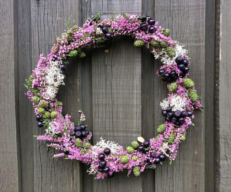 Efterårspynt med lyng fx. med en smuk dørkrans bundet af lyng, rensdyrlav, surbær og ellekogler --- Door wreath, autumn wreath.