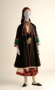 Ενδυμασία Διδυμότειχου ΄Εβρου. Οι γυναικείες φορεσιές αντίθετα με την ανδρική φορεσιά είναι διαφορετικές από τόπο σε τόπο και δηλώνουν την κοινωνική θέση της γυναίκας. Οι ελεύθερες είχαν ρούχα με ζωηρά χρώματα, πλούσιο κέντημα και κορδέλες με πούλιες. Τα κόκκινα «σαλένια» ή «μπουχασένια» τα φορούσαν μόνο οι νύφες μέχρι 40 μέρες μετά το γάμο. Ο κεφαλόδεσμος σεμνός για τις ηλικιωμένες, λουλουδιασμένες μαντίλες για τις ελεύθερες.