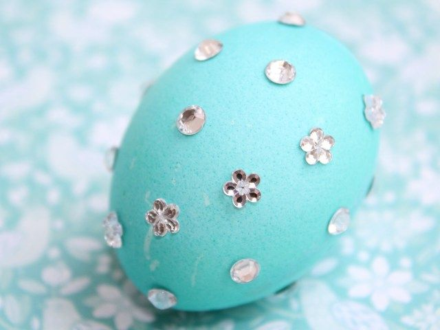 Decorating easter eggs with Rhinestones #DIY #easter #eggs #Eastereggs #decorating