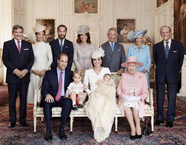 Prinz George mit Schuhen auf dem edlen Sofa! Die britischen Royals: Vorne auf dem Sofa Prinz William, Prinz George, Herzogin Kate, Prinzessin Charlotte und Königin Elizabeth, oben links Kates Familie mit Schwester Pippa, oben rechts Prinz Charles und seine Camilla sowie Prinz Philipp.