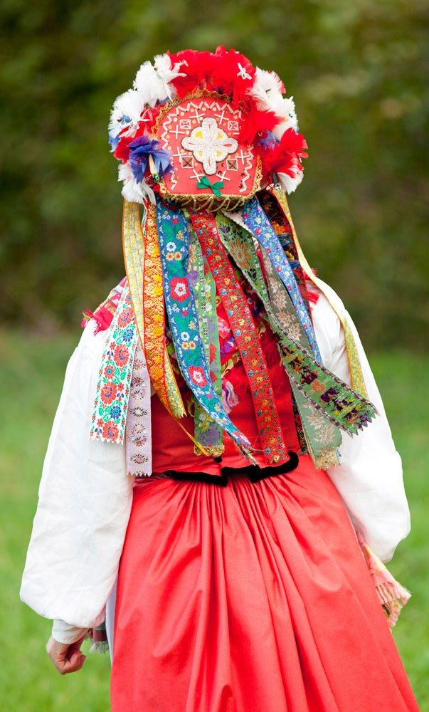 Brud med fjäderhätta från Skåne, ur boken Scandinavian Folklore II. (Foto Laila Durán)