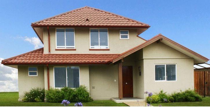 Plano bonita casa de dos pisos con 4 dormitorios y tres for Planos de casas de dos niveles