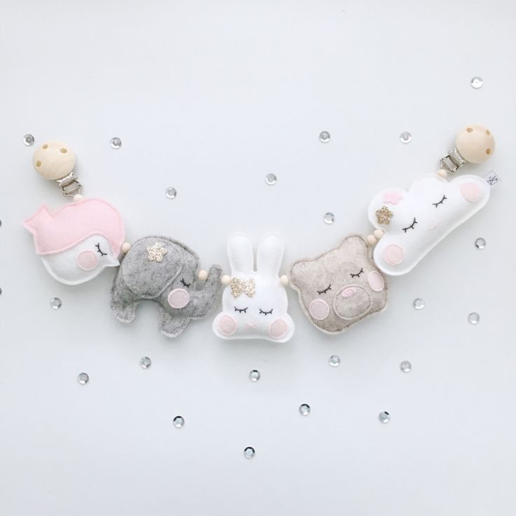 Wagenspanner Sweeties - Roze grijs bruin Wagenspanner gemaakt van 100% wolvilt en onbewerkte kralen. De wagenspanner bestaat uit 5 figuurtjes, een vogeltje, olifant, konijntje, beer en een wolkje, in de kleurcombinatie grijs, roze, bruin en wit. De totale lengte van de wagenspanner is +/- 42cm. Alle figuurtjes zijn verbonden door een elastiekje en er zit een belletje in verwerkt. Het belletje rinkelt als de kinderwagen beweegt.
