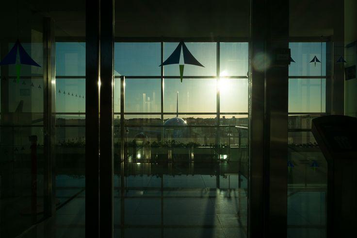 Minorca Aeroporto   Finisco sempre per fare foto in aeroporto ultimamente. In questa racconto che sto per andare via da Minorca che è quasi sera: l'atmosfera è vagamente noiosa anche se a forza di colpi di luce si fa perdonare.  Tento di fare foto in cui il soggetto...