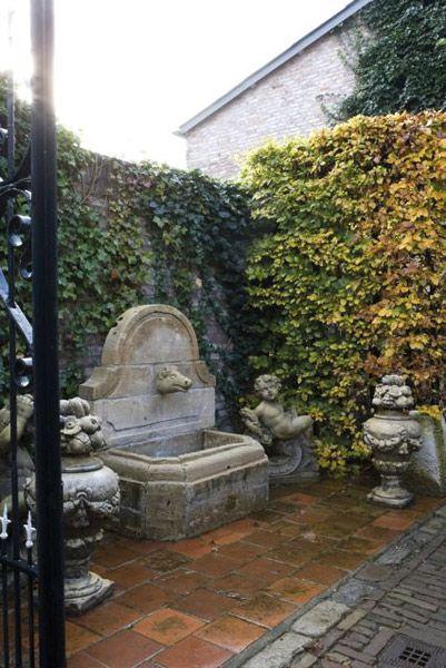 't Achterhuis in Udenhout, Noord-Brabant Om uw tuin aan te kleden is er eveneens een grote collectie antieke en rustieke tuinaccessoires en ornamenten. Van grote statige kasteelpoort tot de welbekende Franse Anduze pot. Veel materialen komen uit oude Franse tuinen. Ook in sierlijke tuinverlichting, troggen, bakken, waterputten, oude waterpartijen, antieke fonteinen en vazen bestaat er een ruime keuze. Ook zijn er antieke beelden die op een mooie sokkel nog beter tot hun recht komen. -