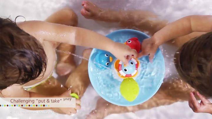 Ken jij het leuke badspeelgoed van Yookidoo al?  De Musical Duck Race van het merk Yookidoo is een fontein en racebaan in een. De fontein put water uit de badkuip en spuit het water in de lucht als je kindje het blaadje omlaag drukt. Daarnaast speelt de fontein  muziek af terwijl de 4 kleurrijke eenden racen over de waterbaan. Elke eend is voorzien van een uniek en verschillend water spuiteffect. Door op het blaadje te drukken activeer je 9 willekeurige geluid- en watereffecten.  Bekijk al…