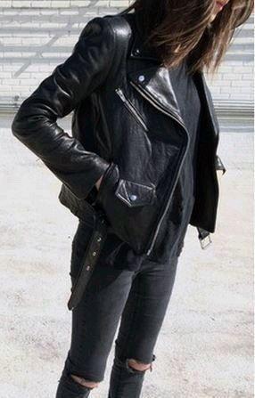 Chaqueta de cuero negra que se ve muy bien con jeans ajustados