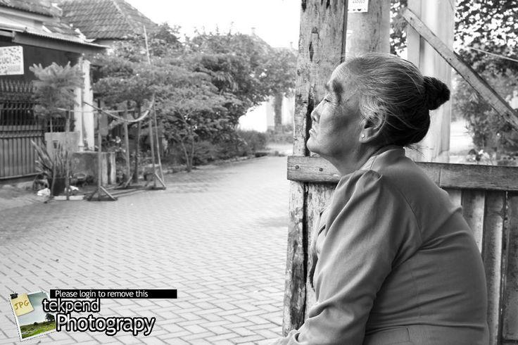 orang-tua-yang-melamun.jpg (1024×683)