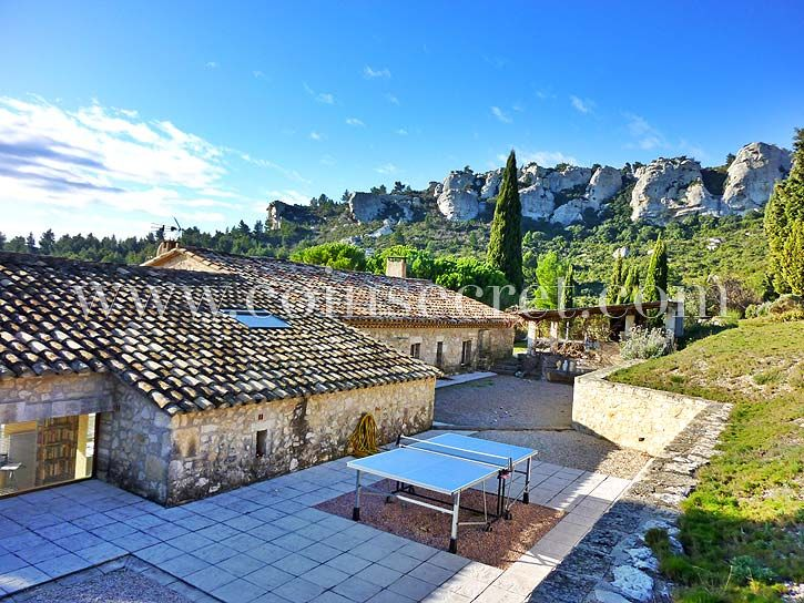 Holiday rental exceptional view Baux de Provence with Coins Secrets