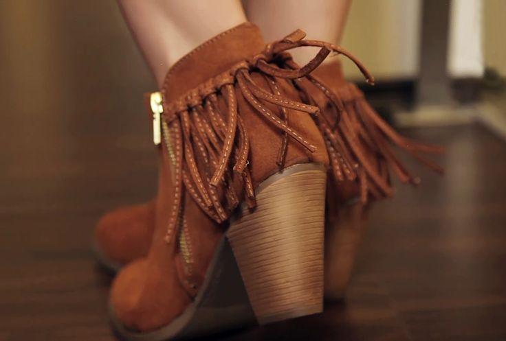 Los botines con flecos son un must que no puede faltar en tu armario, te darán el toque boho que tanto te gusta.