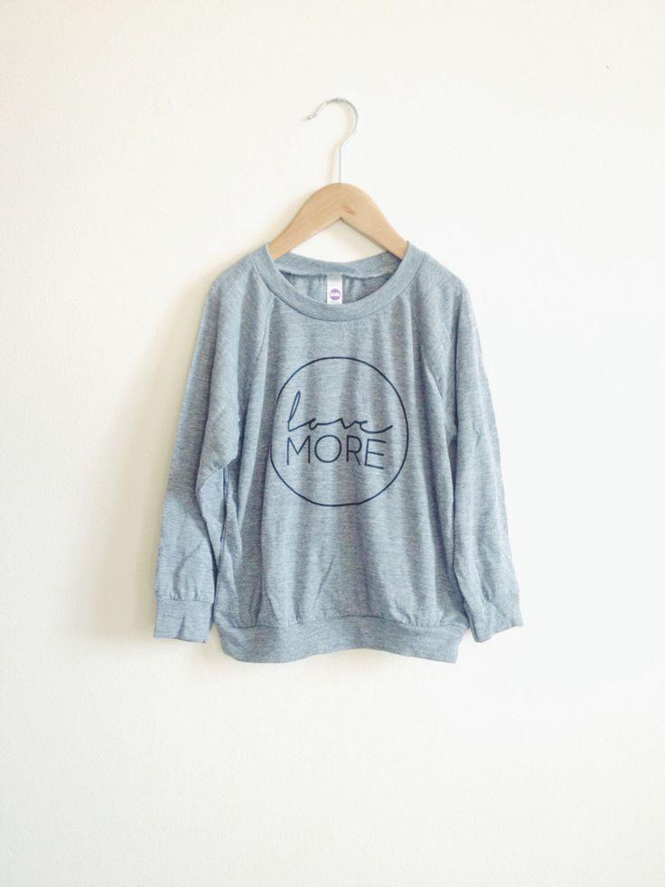 Liebe mehr Kinder Pullover Sweatshirt - Kinder Kleidung - Kinder Kleidung - Kinderkleidung - Love Shirt - Blumenmädchen Geschenk - mehr von TheLoveMoreShop auf Etsy https://www.etsy.com/de/listing/210183300/liebe-mehr-kinder-pullover-sweatshirt