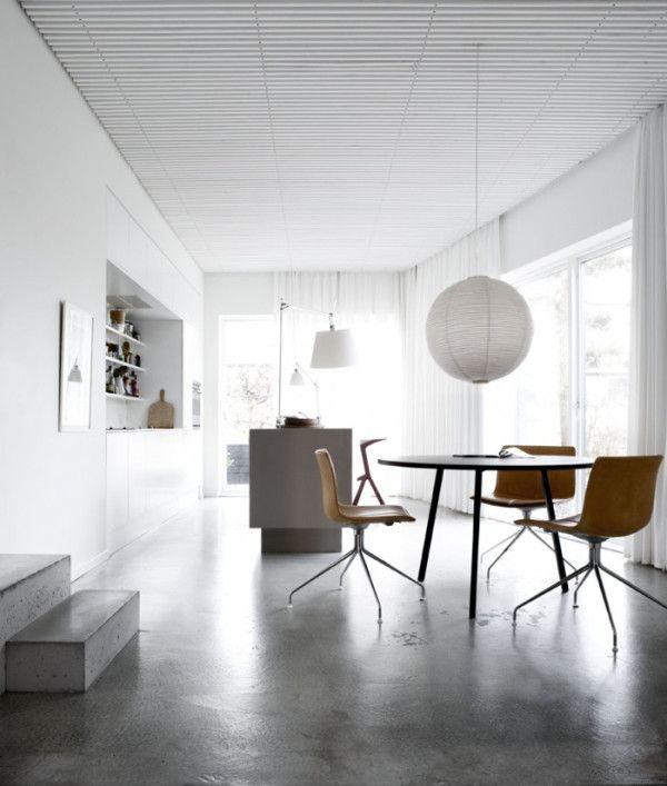 Beton Bodenbelag Holzmöbel weiße Papierlampe