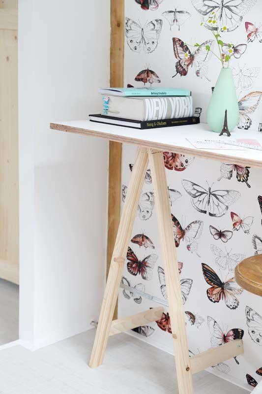 KARWEI | Maak een leuk bureau met een halve schraag en een blad. Tip: als je slim zaagt heb je aan één schraag genoeg. #karwei #diy #wooninspiratie