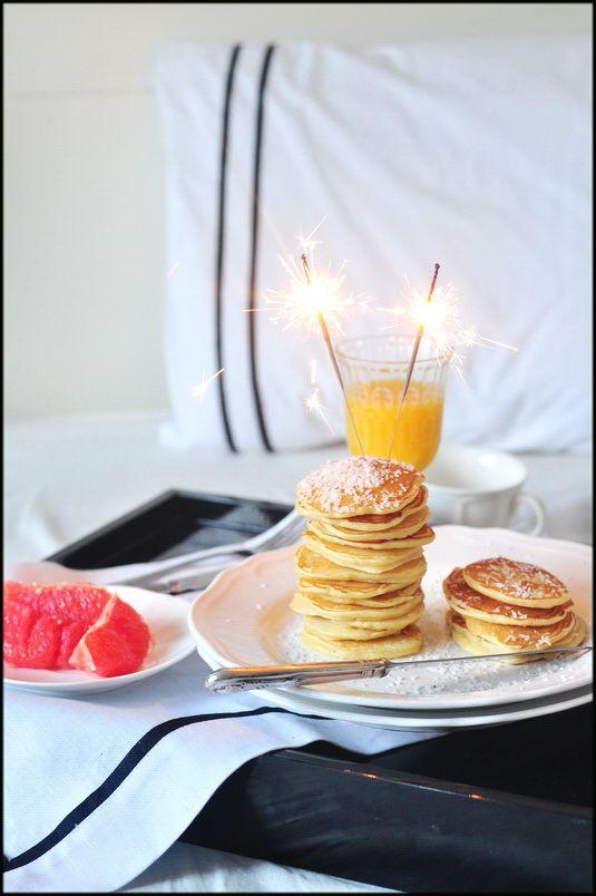 Śniadanie dla 2 osób: 1 szkl. mąki, 1 jajko ,50 g masła rozpuszczonego, 1 łyżeczka proszku do pieczenia, 2 łyżki cukru, 1/2 szkl.mleka, szczypta soli, do podania: wiórki kokosowe + syrop klonowy. A oto jak to zrobić: Mąkę łączymy z proszkiem do pieczenia, cukrem i solą. Roztrzepane jajko łączymy z ciepłym mlekiem i masłem, i dodajemy do mąki, mieszamy. Placuszki smażymy na suchej patelni. Podajemy z syropem, posypanymi wiórkami kokosowymi i kawałkami świeżych owoców. by makecookingeasier.pl
