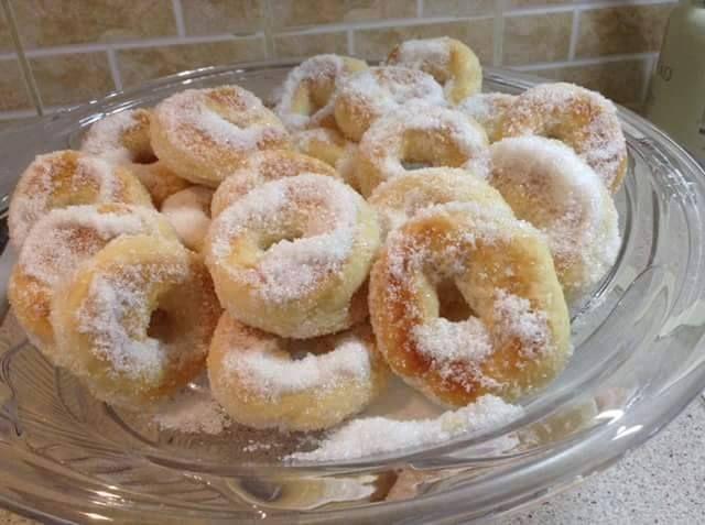Πανεύκολα και πεντανόστιμα μπισκότα που γίνονται στο πι και φι και τα οποία μπορούν να εμπλουτιστούν με οποιοδήποτε υλικά μας αρέσουν όπως σοκολάτα,ξηρούς καρπούς,αποξηραμένα φρούτα κτλ. Υλικά: Αλεύρι που φουσκώνει μόνο του (φαρίνα): 500 γρ. Ζαχαρούχο γάλα: 1 κουτί Μαργαρίνη: 250 γρ. ή ένα ποτήρι αραβοσιτέλαιο (οτι έχετε) Επιπλέον: Ανάλογα το γούστο σας, μπορείτε να …