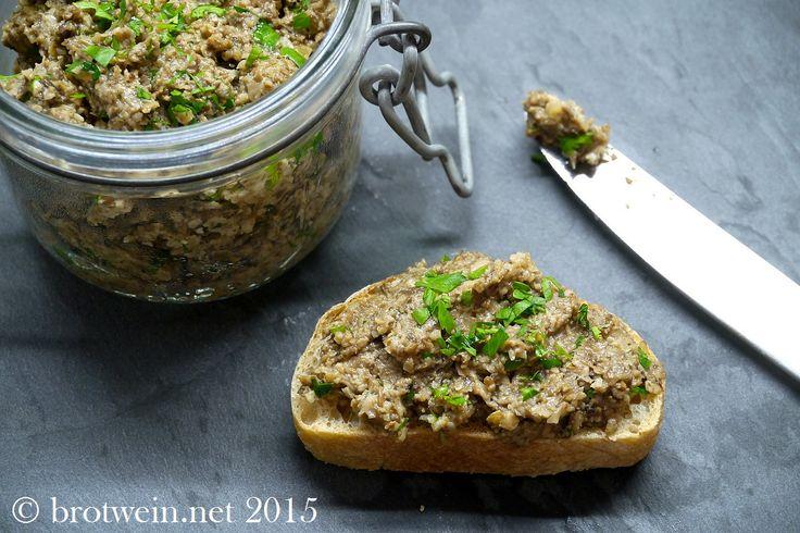 Der Champignon-Aufstrich ist lecker auf geröstetem Weißbrot als Vorspeise, zum Brunch oder wann immer man ein Brot mit einem pikanten Aufstrich essen mag.