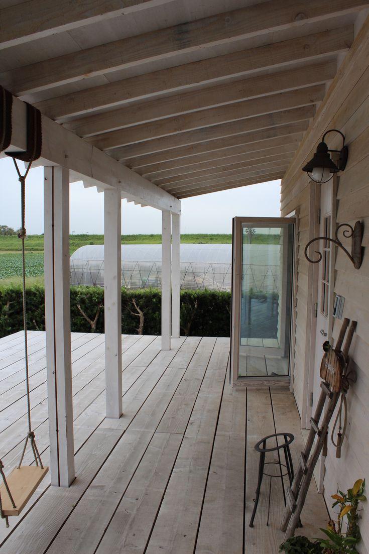 敷地西側に広がる畑と天竜川の堤防が情緒ある風景を作り出すような周辺環境。「経年変化を楽しむ」ことを柱に、建材屋さんでもあるクライアントさんが商品として扱っている杉板やデッキ材、窓製品などを取り入れることを前提に設計を進めました。