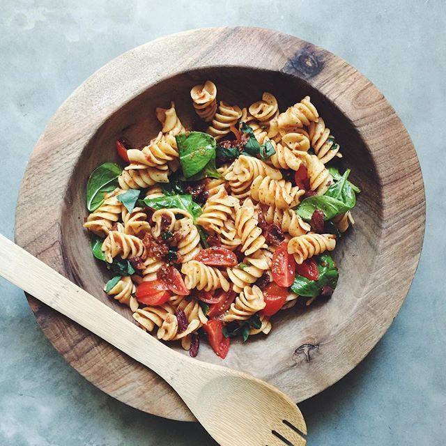 🍴🌿💚 F O O D  F O R  T H O U G H T 🍴🌿💚 Súuuuperrr!!! Hoy he hecho un brunch con ingredientes ecológicos comprados en @elcorteingles !!!🤗 Este era el plato principal, ensaladita de pasta tibia con tomates (tomate cherri, tomate semi hidratado y salsa de tomate), espinacas frescos, albahaca y aceitunas negras💥👅 En la bio tenéis el link con toooodos los platitos y sus recetas!!!🙌 . Warm pasta salad!!! With this amaaazing fusilotti and tomatoes (cherri tomatoes, tomato sauce and dried…