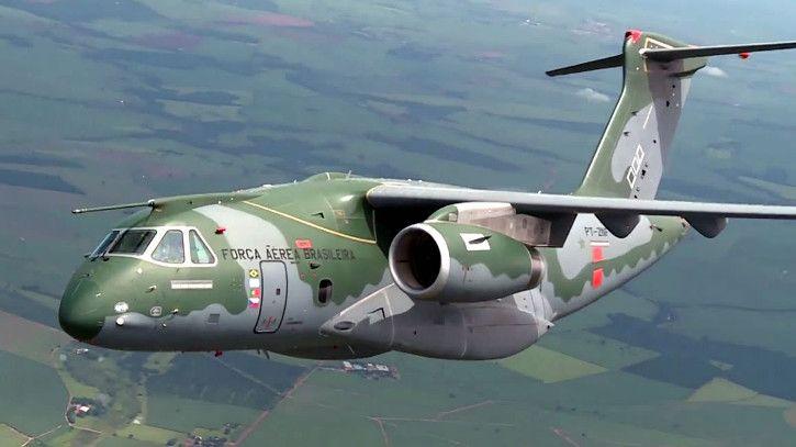 Embraer confirma que cargueiro KC-390 deve ter versão para passageiros -   O diretor do programa KC-390 na Embraer, Paulo Gastão Silva, confirmou que a Embraer estuda fazer um avião de passageiros derivado do KC-390, o que seria o maior avião de passageiro da empresa.  Atualmente, o maior projeto de passageiros da Embraer é o jato E195-E2, que está na fase - http://acontecebotucatu.com.br/geral/embraer-confirma-que-cargueiro-kc-390-deve-ter-versao-para-passage