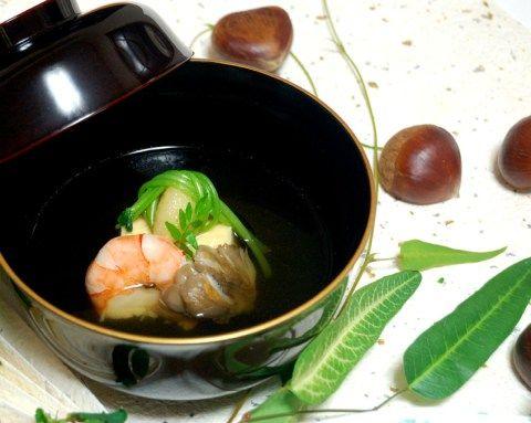 枝豆のゆば巻、海老、舞茸の上に三つ葉で結んだ揚げにんにくを乗せたお吸い物です。