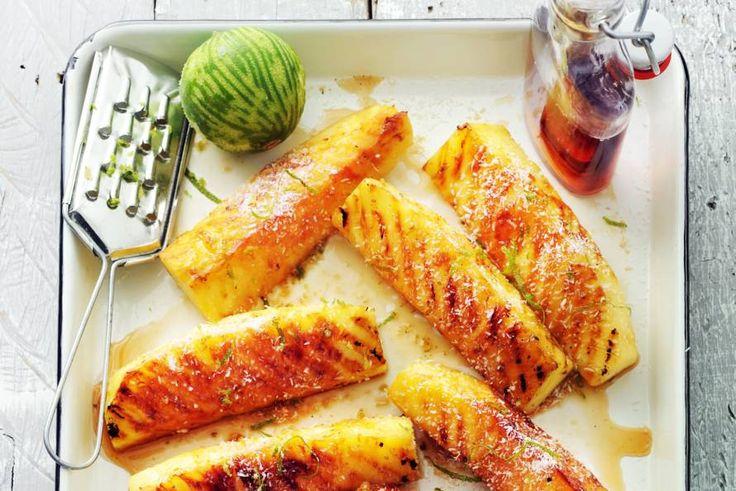 De karamelachtige smaak van ahornsiroop past goed bij de warme ananas - Recept - Allerhande