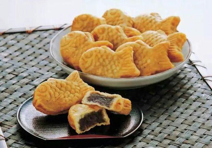 """Il taiyaki (""""orata al forno""""/""""sea bream"""") è una torta giapponese a forma di pesce. Il suo ripieno più comune è l'anko, una pasta fatta di fagioli azuki zuccherati, ma altri ripieni possono essere crema, cioccolato, o formaggio."""