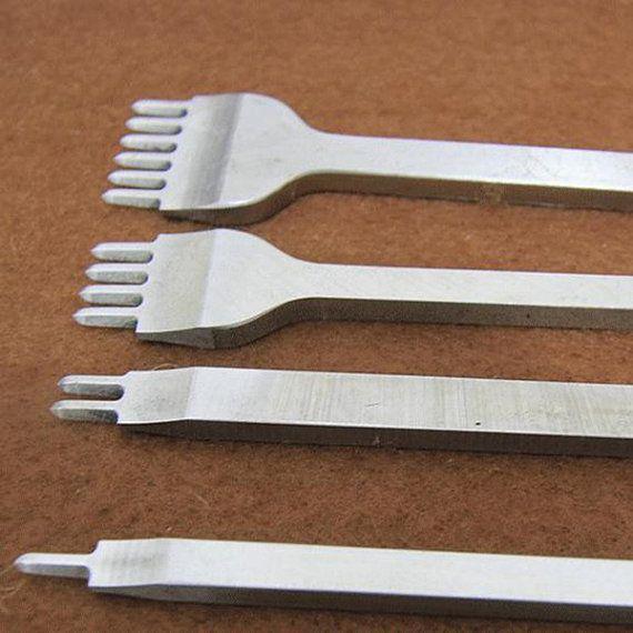 Gebruikt om punch gaten in de vorm van een precieze diamant die optimaal is voor het stikken van leer. Deze beitel werkt met 3/5/6 mm of minder breed draad of pezen. Het is de sterkste beitel beschikbaar en voor jarenlang betrouwbaar gebruik zonder buigen zal duren.  Tips: 1. Gebruik zachte geleid hammer (niet-metalen) en tik het in uw leer-werk zachtjes, bij het verwijderen, neem dan trek hem uit de leerproducten rechte, doen niet verschuiven het links naar rechts om het los te maken of het…