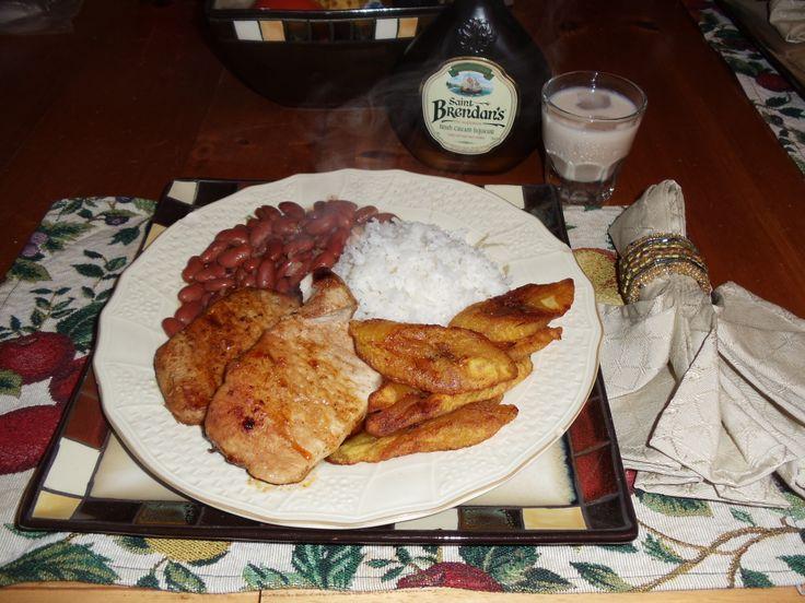 Panamanian Food: Arroz y porotos, lomo de cerdo y tajadas de plátanos maduros