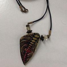 Collier vert irisé; rouge irisé;bronze; pendentif triangle; motifs ethniques