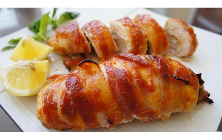 Piept de pui invelit in bacon umplut cu legume la cuptor