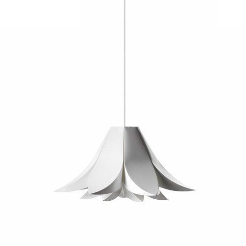 De Norm 06 wordt geleverd als vouwpakket; je zet hem zelf in elkaar zonder gereedschap of lijm. De lamp is gemaakt van lampscherm folie, kan tegen sterke temperatuurschommelingen en is verkrijgbaar in verschillende maten. De hanglamp Norm wordt geleverd exclusief koord en fitting.  Afmeting: Small: 43 cm (ø) Medium: 62 cm (ø) Large: 85 cm (ø)