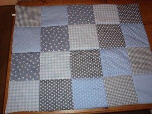 Stukjes stof aan elkaar naaien http://www.hetzelfmaken.nl/boxkleed-zelf-maken/